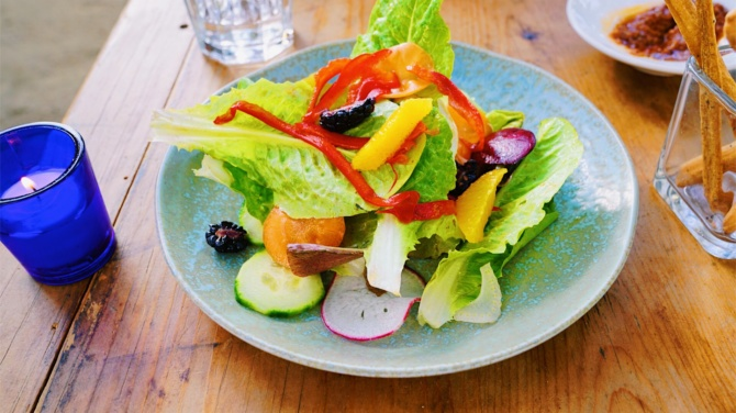 HOW TO MAKE A HEALTHY AND DELICIOUS SALAD!
